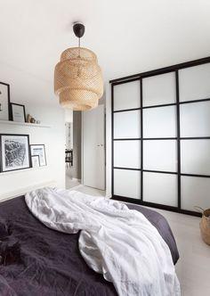 Malin pakker hjemmet sitt inn i kelim Bedroom Closet Doors Sliding, Sliding Door Wardrobe Designs, Wardrobe Doors, Bedroom Wardrobe, Nordic Bedroom, Condo Bedroom, Master Bedroom, Interior Inspiration, Interior Decorating