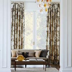 Dobles cortinas en las ventanas de un salón elegante - Villalba Interiorismo