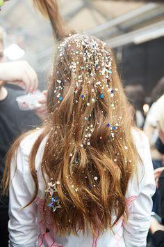 sparkles everywhere / wavy hair / glitter hair / festival hair Makeup Trends, Hair Inspo, Hair Inspiration, Festival Stil, Glitter Roots, Glitter In Hair, Glittery Nails, Glitter Bomb, Glitter Dress