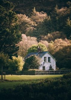 best Ideas for country house exterior cottages Deco House, This Old House, Beautiful Homes, Beautiful Places, Hello Beautiful, Beautiful Scenery, Farm Life, Country Life, Country Living