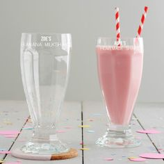 Treat someone special to their very own personalised milkshake glass. This classic American diner style milkshake glass will add some fun to your dinner table or themed party. The personalised glass . Diner Menu, Diner Party, Personalized Gifts For Her, Customized Gifts, Milkshake Glasses, Classic American Diner, Pops Diner, Zoe S, Luxury Gifts For Women