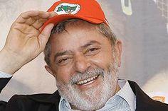 As relações políticas do governo Lula com a oposição e a mídia foram conturbadas. Eleito presidente com uma bancada minoritária, formada pelo PT, PSB, PCB, PCdoB e PL, Lula buscou formar alianças com diversos partidos, inclusive com alguns situados mais à direita no espectro político brasileiro.   Conseguiu apoio do PP, PTB e parcela do PMDB, às custas de dividir com estes o poder. Após dois anos de governo mantendo maioria no congresso …