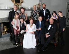 OSLO - De viering van het zilveren regeringsjubileum van koning Harald van Noorwegen is zondagmorgen,17-1-2016 begonnen met een dankdienst in de kapel van het Koninklijk Paleis in Oslo. Naast de Noorse koninklijke familie waren ook koning Carl Gustaf en koningin Silvia van Zweden en de Deense koningin Margrethe bij de intieme dienst aanwezig.