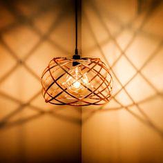 Las lámparas de diseño son el mejor complemento para tu decoración y le dan vida a tus espacios. La luz permite crear ambientes distintos para cada ocasión. Conoce las últimas tendencias en decoración con iluminación. Ceiling Lights, Lighting, Pendant, Inspiration, Home Decor, Hanging Lamps, Latest Trends, Spaces, Create