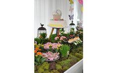 Para apoiar o bolo da aniversariante, uma solução simples que todo mundo tem em casa: um banquinho. Por Auguri. Foto: Divulgação