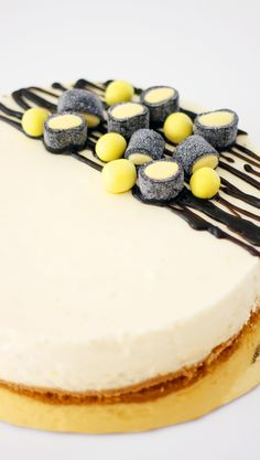 Sitruunajuustokakku lakulla | Maku No Bake Desserts, Delicious Desserts, Yummy Food, Finnish Recipes, Sweet Pastries, Little Cakes, Eat Dessert First, Sweet Cakes, Cheesecake Recipes