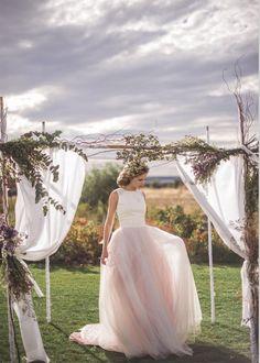 Otro color perfecto para un vestido de novia es el tono champange.