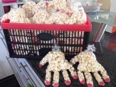 Popcorn-Hände für den Kindergeburtstag