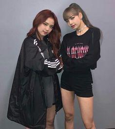 Jisoo y lalisa [][][]♥♥ Kpop Girl Groups, Korean Girl Groups, Kpop Girls, Divas, Yg Entertainment, Penshoppe, Blackpink Twice, Bff, Blackpink Members
