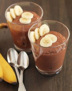 Whip up this delicious vegan & gluten free Chocolate Banana Coconut Chia Pudding in the evening and it will be ready for breakfast or snacks the next day. Healthy Dessert Recipes, Raw Food Recipes, Smoothie Recipes, Sweet Recipes, Coconut Chia Pudding, Banana Coconut, Vegan Foods, Vegan Snacks, Paleo Treats