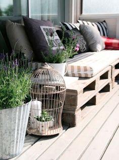 Une banquette en palette pour la décoration et l'aménagement de la terrasse
