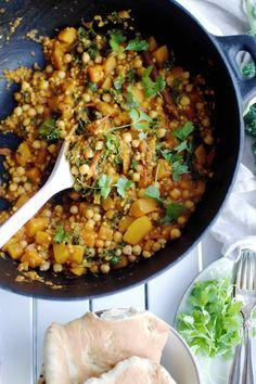 Vegan autumn stew with chickpeas, buckwheat, hokkaido, tomato, kale and warm spices. Vegansk/ vegetraisk gryderet med kikærter, boghvede, hokkaido, tomat, grønkål og varme krydderier. I love the fi…
