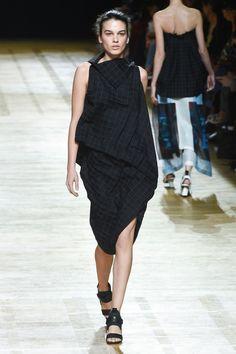 Issey Miyake Lente/Zomer 2018, gepresenteerd tijdens Parijs Fashion Week.