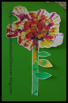 Un grand classique en petite section : la fleur avec les empreintes des mains. J'ai donné une grande feuille de canson à chaque enfant, sur laquelle j'ai tracé un rond, pour le coeur de la fleur. Ils ont fait des empreintes avec 3 couleurs (dans une petite...