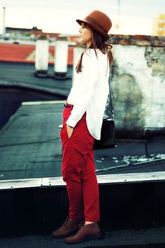 I want some red pants or shorts SO bad! Red Trousers, Red Pants, Zara, Dressed To The Nines, Cool Outfits, Autumn Fashion, My Style, Casual, How To Wear