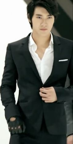 Siwon in a suit............one word: Perfection
