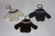 Sweater keychain, Free pattern  #knit #keychain #pattern