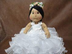 Boneca feita sob encomenda. Vestido em organza importado,com detalhe de renda e cetim,saias de tule,sapatos branco. Flores na cabeça,branca e rosa. R$ 468,00