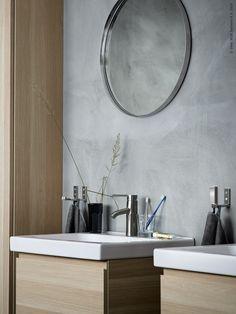 ODENSVIK tvättställ, DALSKÄR tvättställsblandare, GODMORGON kommod med två lådor i vitlaserad ek, GRUNDTAL spegel, BJÄRNUM krok.