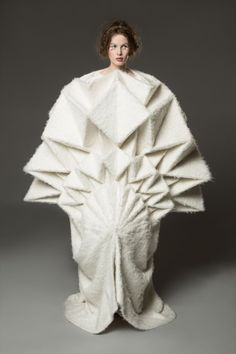 Best in Sculptural Fashion: Incredible dress by Yuki Hagino. Origami fashion at its finest. Origami Fashion, 3d Fashion, Weird Fashion, Fashion Details, Couture Fashion, High Fashion, Fashion Show, Fashion Dresses, Fashion Design