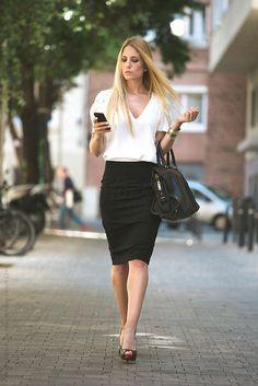 Siapa bilang kalau kerja di kantor itu gak bisa tampil gaya? Justru kamu sangat bisa tampil modis saat ke kantor, ikuti tipsnya