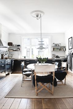 black and white kitchen | home of Line Nevers Krabbenhøft | Photo: Peter Kragballe for Alt Interiør | Styling Hunch