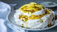 Lise Finckenhagens tre fristende pasjonsfruktdesserter - Godt.no Stop Eating, Pavlova, Love Is Sweet, Tiramisu, Camembert Cheese, Nom Nom, Mango, Food And Drink, Sweets