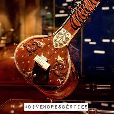 #Divendresbèsties! Amb una caixa de ressonància semiesfèrica, el sitar pot tenir entre 18 o 26 cordes d'acer: 4 cordes per a la melodia, 3 que fan l'acompanyament harmònic i rítmic, i entre 11 i 19 que vibren per simpatia. Els trasts es poden moure per adaptar-se a diferents escales modals. Incrustacions d'os amb forma d'ocell. Sitar, Calcuta, segle XIX, MDMB 959. Cordòfon amb pont i mànec, pinçat.  #sitar #India #musicinstrument #music #museu #museum