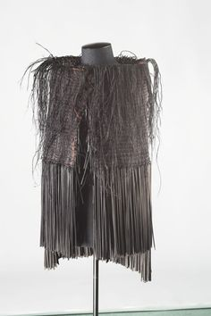 Kōhai Grace is one of a new generation of Māori artists who use traditional art forms such as weaving in contemporary contexts. 'Tui cloak' appeared in a 2004 exhibition entitled 'Toi Māori: the eternal thread' at Pātaka art . Flax Weaving, Capes & Ponchos, Maori Designs, Nz Art, Traditional Artwork, Maori Art, Weaving Techniques, Modern Materials, Cloaks