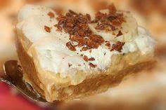 Banoffee paj är nog den absolut godaste pajen, både knaprig, söt kola, fräscha bananer och len grädde! Det speciella med denna pajen är den kondenserade mjölken i konservburk. Den är lite kul fakti…
