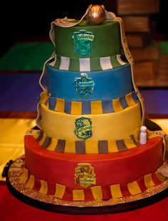 Rowling and Harry Potter have birthdays today! Over the years, fans have been inspired by Harry Potter to make creative and beautiful birthday cakes for themselves. Harry Potter Wedding Cakes, Gateau Harry Potter, Harry Potter Birthday Cake, Harry Potter Fiesta, Cumpleaños Harry Potter, Harry Potter Sorting, Harry Potter Cakes, Harry Potter Baby Shower, House Cake