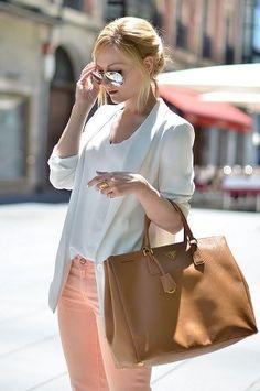 白ジャケットとピンクカラーパンツコーデ