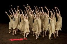 Le sacre du printemps de pina bausch Pina Bausch, Contemporary Dance, Modern Dance, Greek Chorus, World In Motion, The Rite Of Spring, Isadora Duncan, Sacre, Dance Images