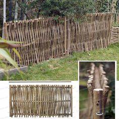Barrière de jardin en bois de noisetier. Cette bordure est fabriquée avec des branches de noisetier d'un bon diamètre (2.5cm), à la façon des bordures...