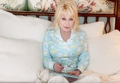 Dolly Parton Will Read Bedtime Stories to your Child