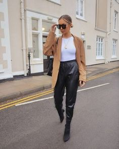 Camel Oversized Blazer of Alexx Coll on the Instagram account of Leather Trousers Outfit, Leather Jogger Pants, Jogger Pants Outfit, Sweatpants Outfit, Cropped Trousers, Outfits With Hats, Dressy Outfits, Mode Outfits, Stylish Outfits