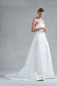 See more wedding dresses from Oscar de la Renta Bridal Fall 2017.