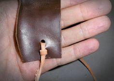 Un noeud plat pour fixer une sangle de fermeture sur un rabat. D'autres articles sur la maroquinerie et le travail du cuir sur http://point-sellier.com