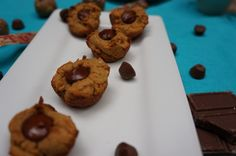 HEALTHY Mini Peanut Butter Chocolate Chip Cups! Made w/o egg, no oil, no re-fined sugar or flour. AMAZING! SO TASTY TOO! #recipe #vegan #healthy #treat #dessert