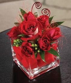 Red Roses and Red Tulips in a square grass vase This is so pretty i would like it at my grave site