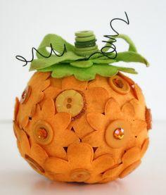 pumpkin felt & buttons Palla di polistirolo fiori e foglie feltro bottonifil di ferro.