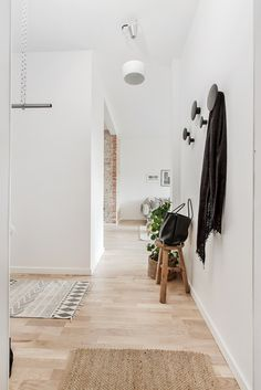 hallway decor design contemporain home Decoration Hall, Casas Containers, Mid Century Modern Decor, Dream Apartment, Small Apartments, House Rooms, Home Fashion, Interiores Design, Interior Design Inspiration