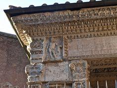 Arco dos Argentarii Este monumento, que sobresae da estructura da igrexa de S. Giorgio al Velabro, foi dedicado á familia do emperador Septimio Severo polos argentarii (banqueiros) e polos tratantes de bois que operaban nesa área. Foi construído ó redor do 204 d.C. Máis que un arco era unha porta, unha porta de acceso ó Forum Boarium, o gran mercado de gando cerca do porto do Tíber. Na imaxe obsérvase a Hércules, co mazo e a pel de león.