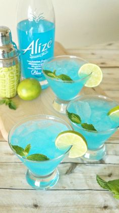 Blue passion mojito cocktail recipe made with Alize Bleu Passion liqueur - what a beautiful and refreshing summer cocktail recipe! AD #AlizeInColor