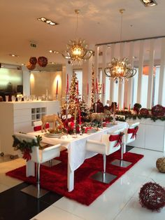 Best Christmas Dining Room Decorating Ideas - You can use Christmas craft ideas to decorate your dining room table for the holiday season. You will find a range of beautiful fabrics in your local . Christmas Bathroom Decor, Indoor Christmas Decorations, Christmas Table Settings, Christmas Tablescapes, Christmas Kitchen, Christmas Home, Merry Christmas, Easy Homemade Christmas Gifts, Christmas Interiors
