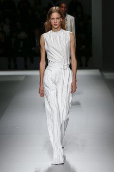 Boss Frühjahr 2019 Ready-To-Wear-Kollektion - Vogue # Source by tricksbeautyml Pink Fashion, White Fashion, Fashion Week, 90s Fashion, Runway Fashion, Fashion Looks, Fashion Trends, Haute Couture Style, Older Women Fashion
