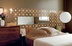 A cabeceira da casa do designer de interiores Sandro Brasil tem azulejos modernistas – no meio deles, há um espelho. Na cômoda, famosa luminária de Ingo Maurer