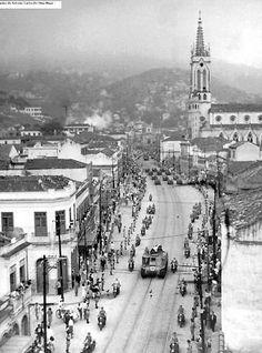 Cortejo Fúnebre na Rua do Catumbí, final dos anos 40, que segue en sentido oposto ao cemitério de mesmo nome, cujo portão se vê ao fundo.. Não sei quem está sendo levado sobre um tanque M3 Lee, coberto com a bandeira do Brasil.
