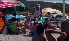 """PORTO PINETTO. Spiaggia sarda, in un tempo nel quale i post di turisti indignati imperversano perché nell'Isola trovano troppi indigeni o vogliono bruciarla: ecco il video girato da Milena Porcu che ritrae un anziano sardo che dà una lezione di civiltà a una turista che, davanti a lui, ha svuotato nella sabbia una scatoletta di tonno per poi seppellirla. Un gesto che ha fatto indignare il signore sardo, che non risparmia pesantissime accuse. Dice anche: """"Ma perché non mangi in albergo anzic"""