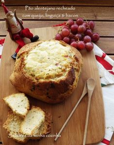 Pão alentejano recheado com queijo, linguiça & bacon - Receita Petitchef Baked Potato, Quiche, Pizza, Good Food, Brunch, Food And Drink, Appetizers, Favorite Recipes, Bread